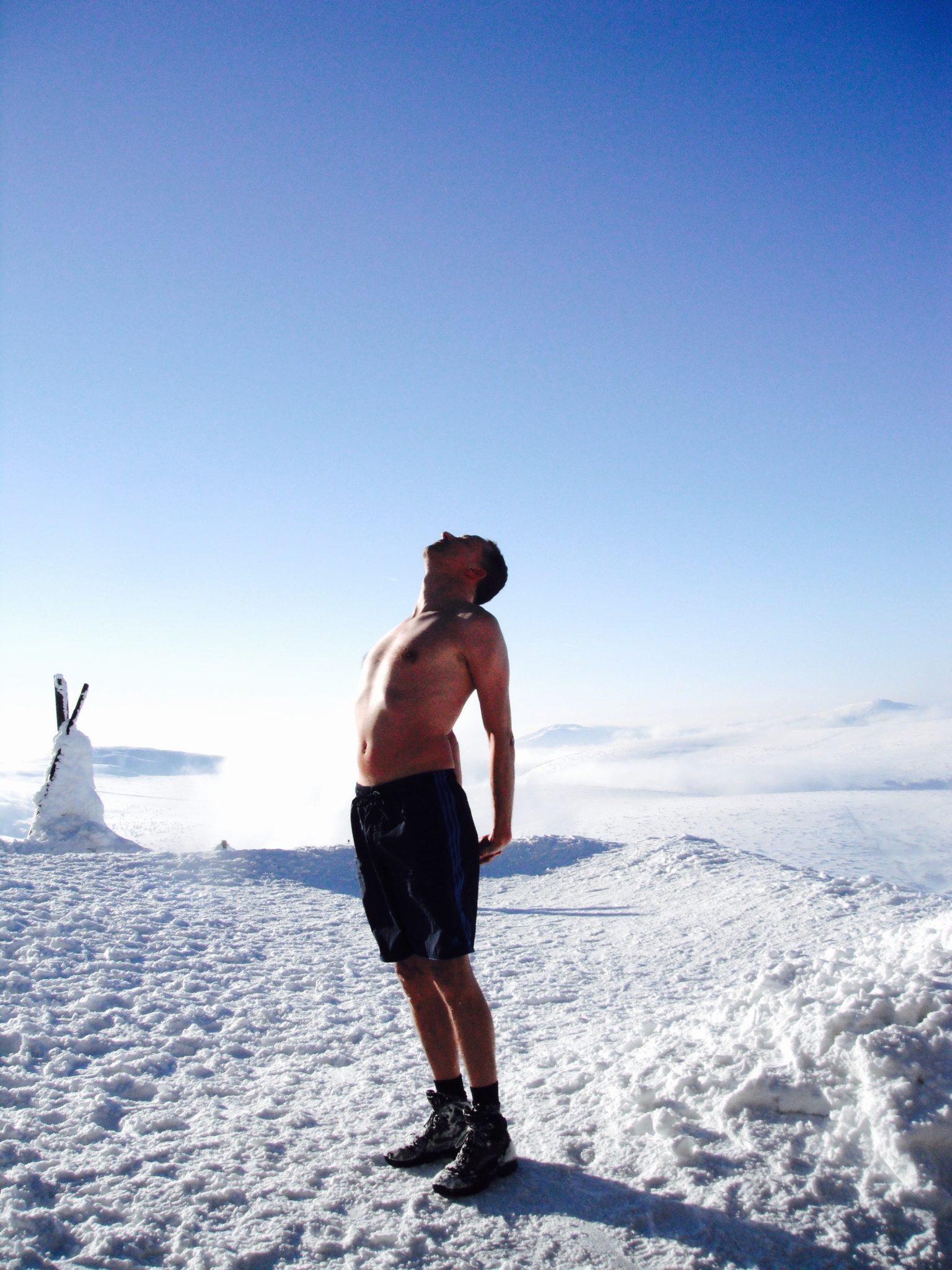 Leon Dantuma in de zon op de top na shirtloze beklimming van Mount Sniezka in Polen, 2013